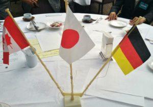 各テーブルに国旗を飾りました