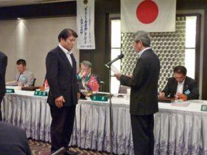 箕嶋陽一さんへ2R.地区会則・運営マニュアル委員への任命書を伝達