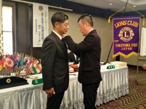 前田康光さんへラペルボタンの贈呈