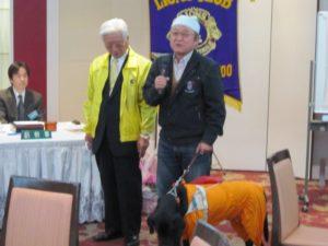 比奈幸三さんには 盲導犬 ブレイン君が寄り添っています