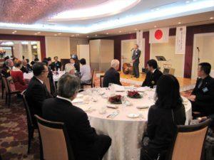 懇親会は布施茂雄会長の開会の挨拶で始まりました。LLの皆様が講習会で作成したフラワーアレンジがテーブルを飾りました