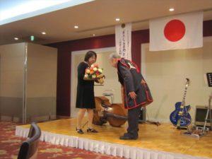 現在の会員の中では唯一のチャーターメンバーである三村敏雄さんへ花束贈呈