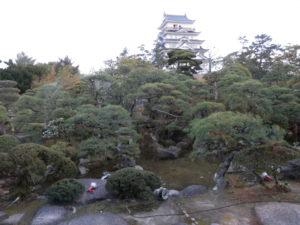 福寿会館の庭から福山城天守閣を望む。