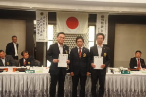 左から新会員の青柳厚さん、高田会長、新会員の藤原庸弘さん