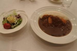 食事は好例のカツカレーでした