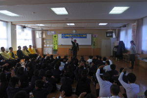 箕嶋第一副会長からの質問に答える児童たち