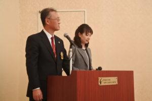 記念祝賀会の司会は 廣川雅満 懇親部会副部会長 アシスタント 渡辺真由美様